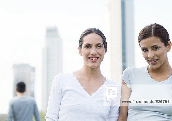 Zwei junge Frauen  Seite an Seite im urbanen Umfeld