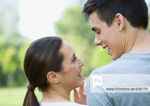 Junges Paar von Angesicht zu Angesicht im Park