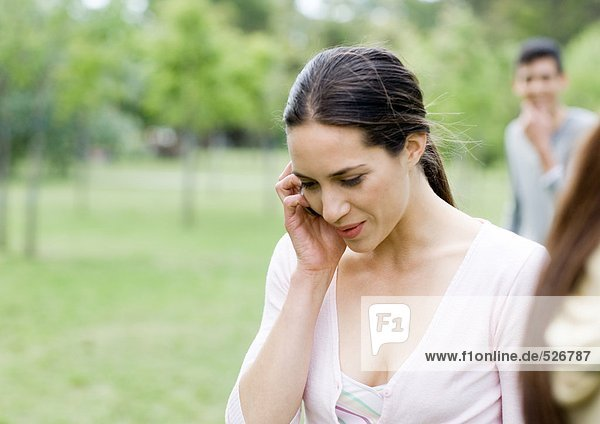 Junge Frau mit Handy im Park