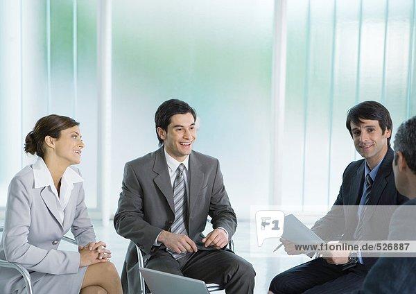 Geschäftskollegen  die sich treffen  lächelnd