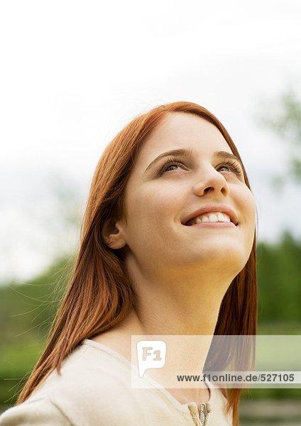Junge Frau schaut auf  Porträt