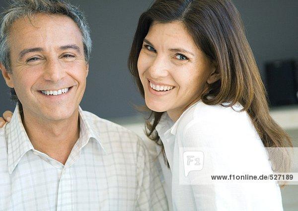 Mittleres erwachsenes Paar lächelnd  Portrait