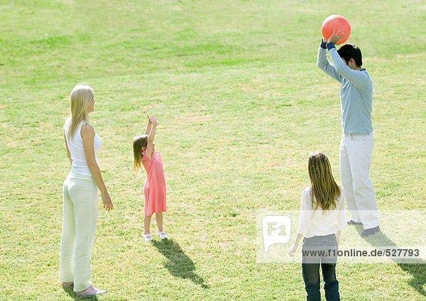 Familie beim Ballspielen im Freien