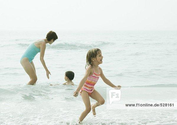 Familie beim Surfen
