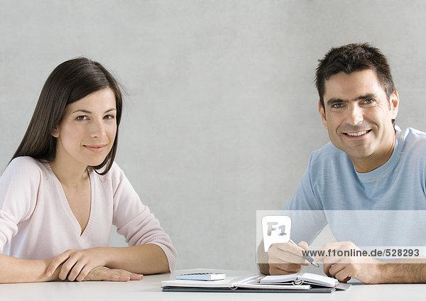 Paar arbeitet am Budget  Porträt