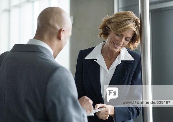 Flugbegleiter bei der Entgegennahme eines Geschäftsreiseflugtickets