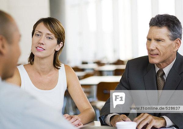 Drei Geschäftskollegen im Gespräch