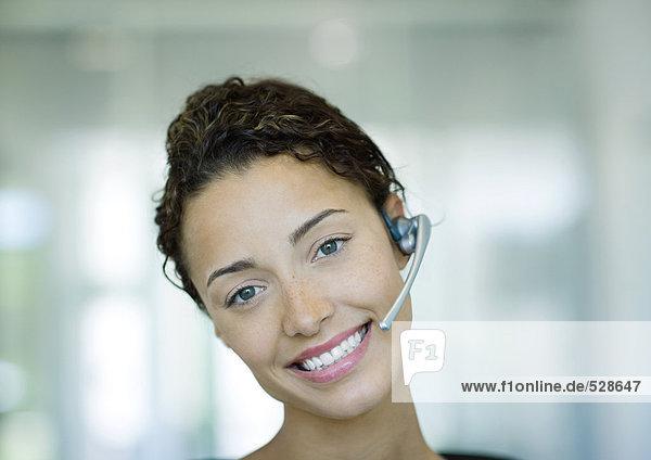 Frau mit Kopfhörer und Lächeln Frau mit Kopfhörer und Lächeln