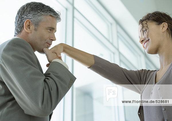 Mann küsst Frauenhand Mann küsst Frauenhand