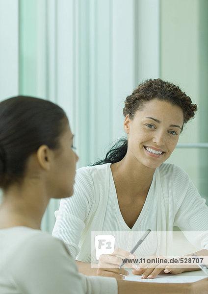 Zwei Frauen arbeiten zusammen Zwei Frauen arbeiten zusammen