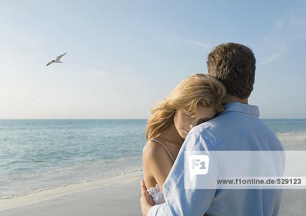 Paarumarmungen am Strand