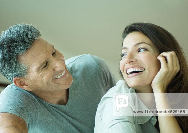 Ein Paar lächelt sich an  Kopf und Schultern.