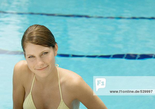 Frau lächelnd  am Pool