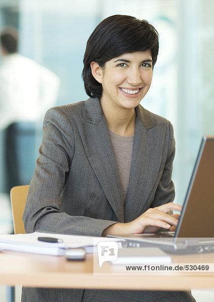 Geschäftsfrau mit Laptop  Portrait