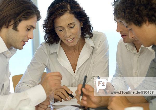 Geschäftspartner betrachten gemeinsam das Dokument