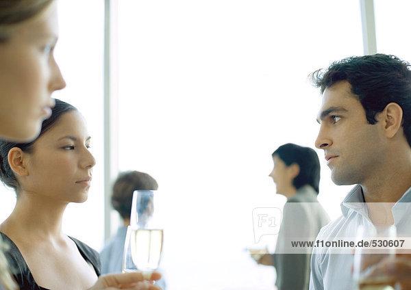 Büroparty  Mann und Frau starren sich an.