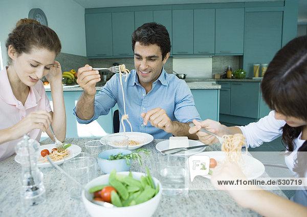 Familie beim gemeinsamen Essen