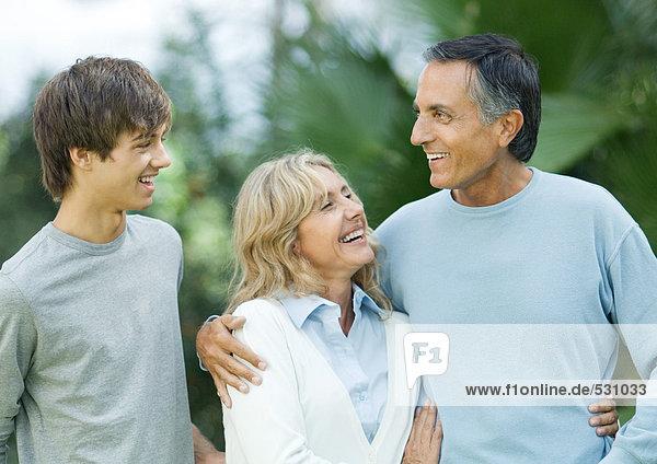 Erwachsenes Paar mit jugendlichem Enkel