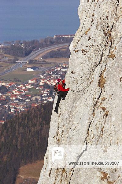Mann klettert auf Felswand  Seitenansicht