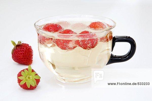 Erdbeeren in Tasse uf Sprudelwasser Erdbeeren in Tasse uf Sprudelwasser