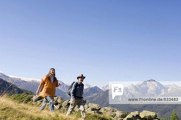Paar in den Bergen  Wandern
