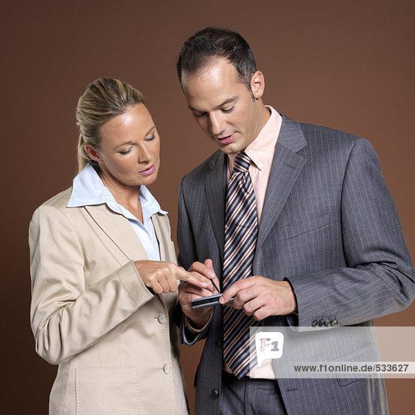 Geschäftsmann und Geschäftsfrau mit elektronischem Kalender
