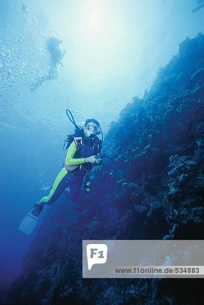 Scuba Taucher erkunden unter dem Meer
