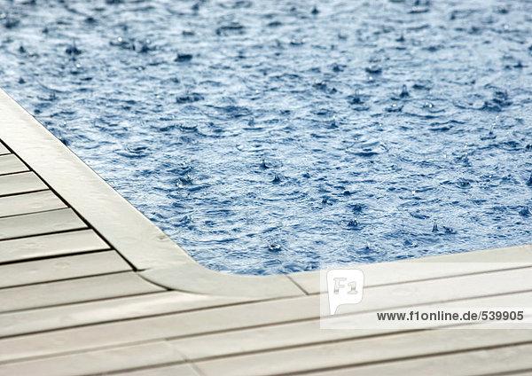 Bodenhöhe fallen fallend fällt Regen Schwimmbad