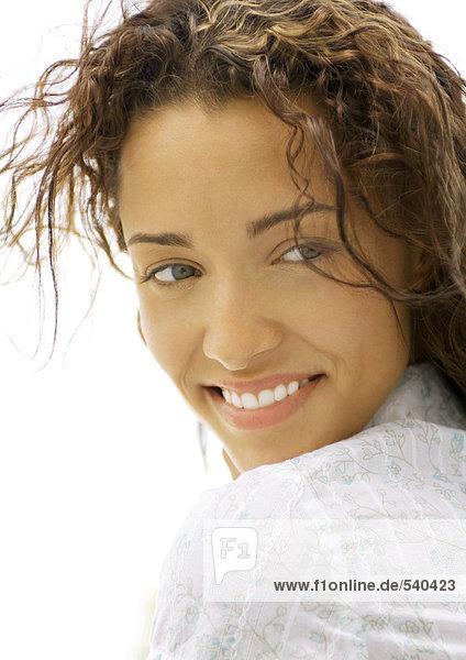Frau übermäßigschulter  lächelnd  Nahaufnahme Frau übermäßigschulter, lächelnd, Nahaufnahme