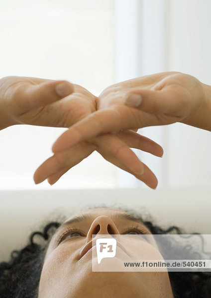 Frau blickt auf Hände ausgestreckt  Nahaufnahme