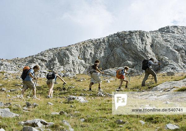 Gruppe von Wanderer zu Fuß durch felsige Landschaft