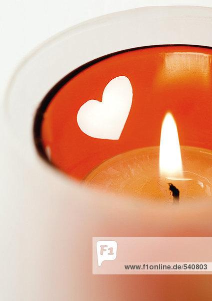 Lit Kerze in Kerzenhalter mit Herz Muster