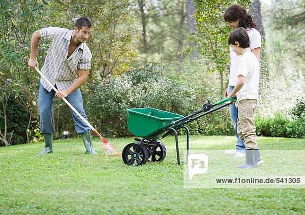 Familie tun yardwork