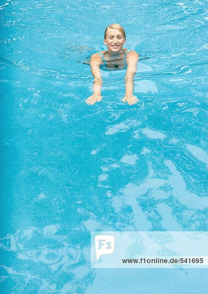 Frau jung schwimmen