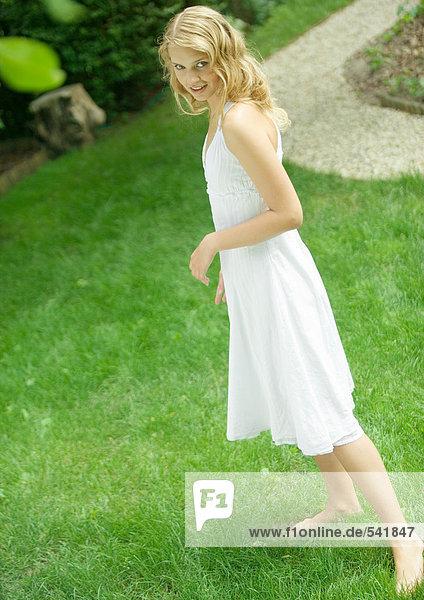 Junge Frau im Hof  tragen Sommerkleid  Lächeln in die Kamera