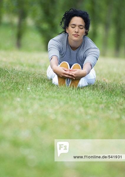Junge Frau auf Gras