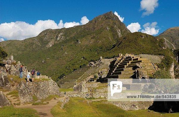 Touristen Blick auf alte Ruinen  Inka-Ruinen  Machu Picchu  Region Cusco  Peru