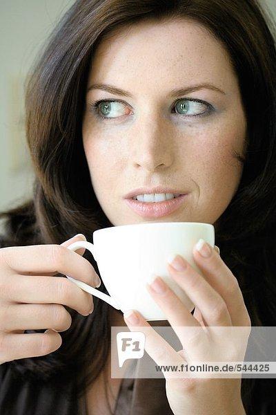 Nahaufnahme des jungen Frau trinkt Kaffee