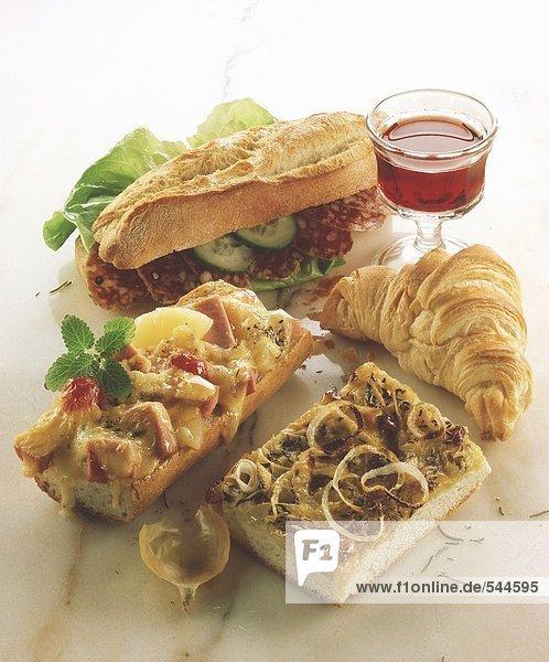 Verschiedene Snacks: Sandwich  Baguette  Pizza  Hörnchen