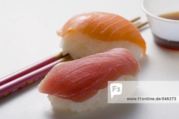 Nigiri-Sushi mit Thunfisch und Lachs  Essstäbchen & Sojasauce