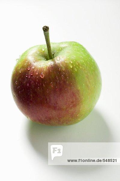 Ein frischer Apfel mit Wassertropfen