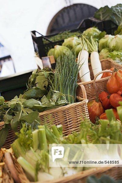 Gemüse und Kräuter in Körben auf dem Markt