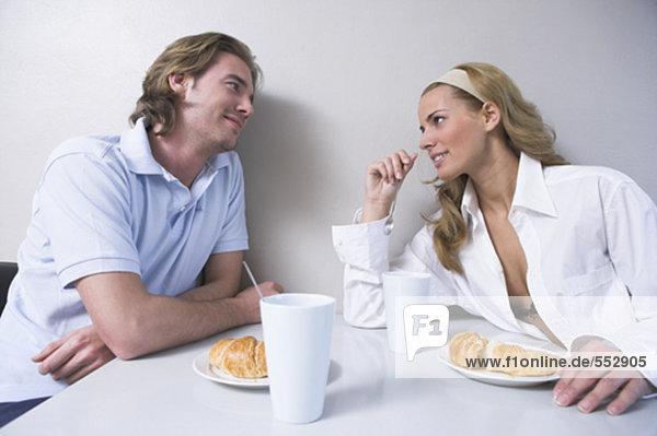 junges paar sitzen beim Frühstück Tabelle zärtlich Blick auf einander