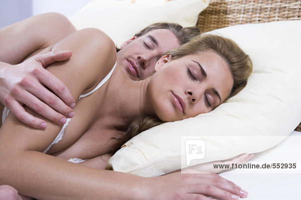 junges paar miteinander schliefen im Bett Mann Frau hält