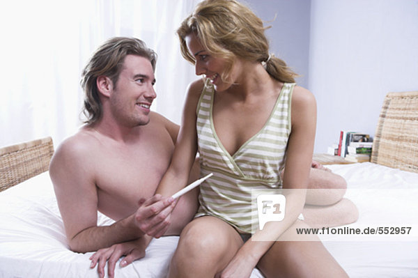sitzend Fröhlichkeit Ergebnis Prüfung Bett Schwangerschaft jung