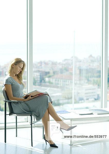 Frau sitzend im Wartezimmer