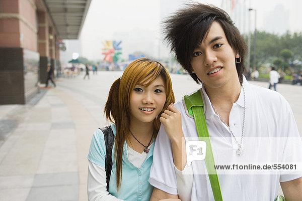 Junges Paar zu Fuß in der Stadt  Portrait