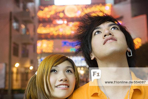 Junges Paar  aufblickend  Portrait