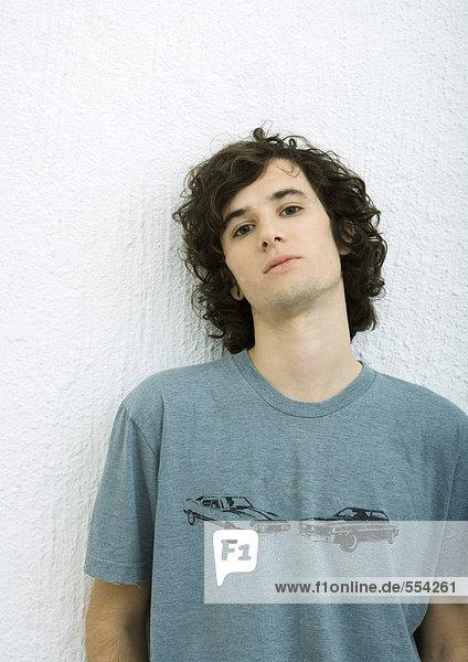 Junger Mann  Portrait  weißer Hintergrund