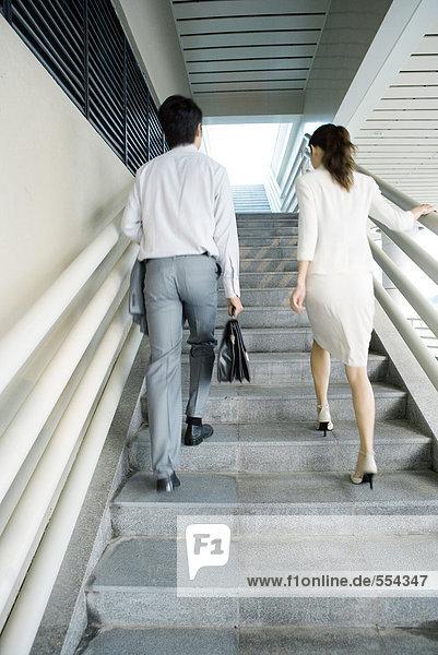 Zwei Geschäftsleute gehen die Treppe hinauf  Blickwinkel niedrig